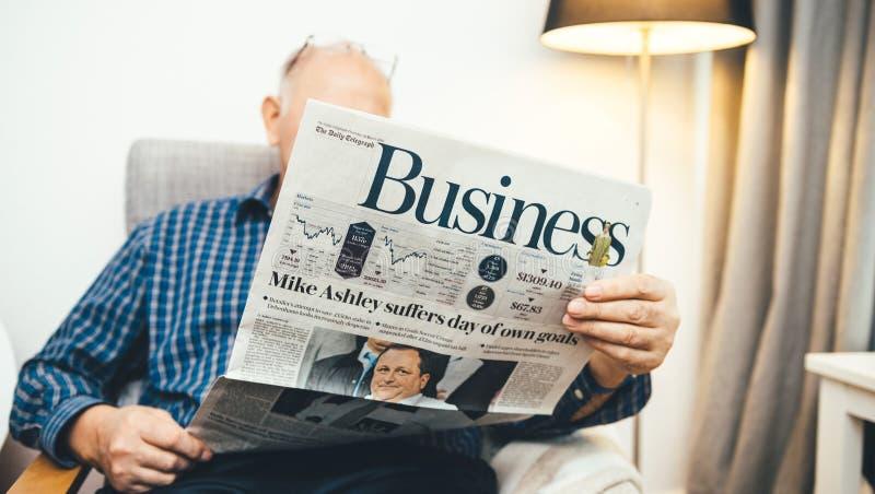 Starszego mężczyzny czytelnicza Biznesowa strona The Daily Telegraph obraz stock