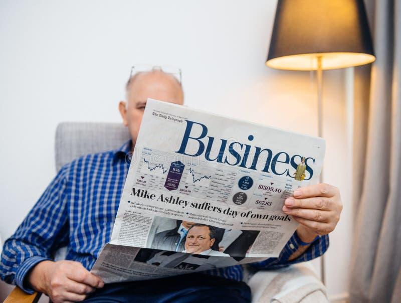 Starszego mężczyzny czytelnicza Biznesowa strona The Daily Telegraph fotografia stock