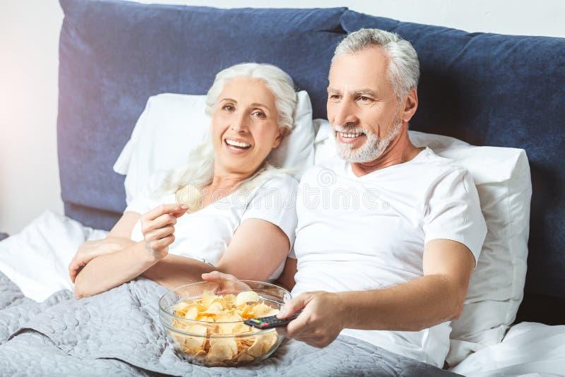 Starszego mężczyzny i kobiety dopatrywanie zdjęcie royalty free