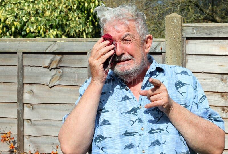 Starszego mężczyzny płacz i wskazywać palec zdjęcia royalty free