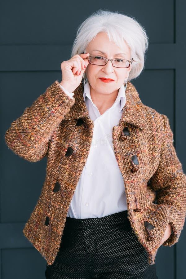 Starszego moda modela portreta damy elegancki strój zdjęcie royalty free