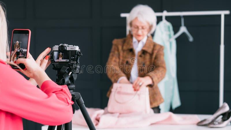 Starszego moda stylisty asystenta blogging biznes zdjęcie stock