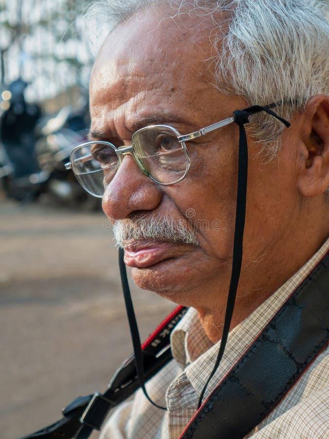 Starszego obywatela fotografa czekanie za stronie mahakali jama Mumbai zdjęcia royalty free