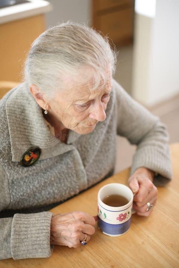 starszego pić herbatę zdjęcia stock