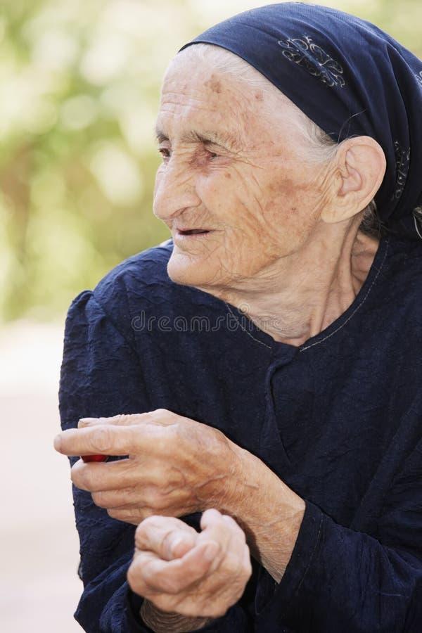 starszego przyglądającego portreta z ukosa kobieta zdjęcia stock