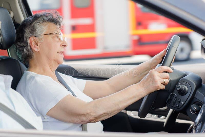 Starszej damy napędowy samochodowy pożarniczy silnik w tle fotografia royalty free