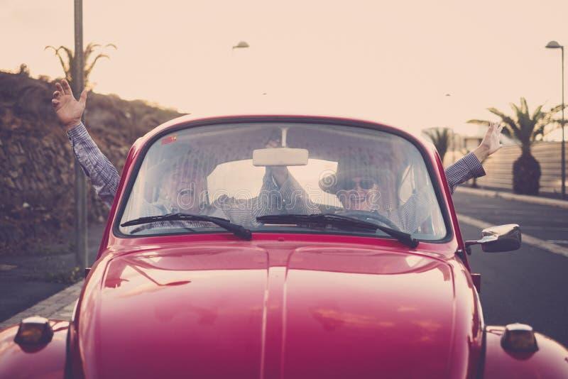 Starszej dorosłej pary szalona przejażdżka bez ręk w śmiesznej czas wolny aktywności podróżuje szczęśliwego pojęcie dla przechodz obraz stock