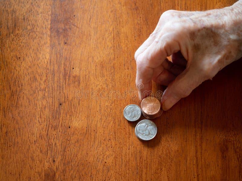 Starszej kobiety Marszcząca ręka Broguje centy, nikle i grosz, obrazy royalty free
