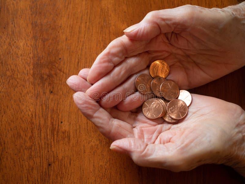 Starszej kobiety Marszczyć ręki Trzyma centy zdjęcie royalty free