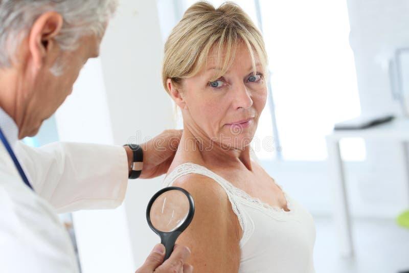 Starszej kobiety ordynacyjny dermatolog zdjęcia royalty free