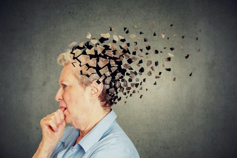 Starszej kobiety przegrywające części wprawiać w zakłopotanie jako symbol zmniejszony umysł kierowniczy uczucie funkcjonują obraz stock