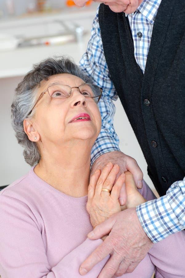 Starszej kobiety przyglądający up i mąż podczas gdy trzymający rękę zdjęcia royalty free