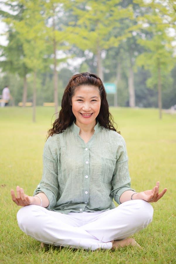 Starszej kobiety siedzący joga obraz royalty free