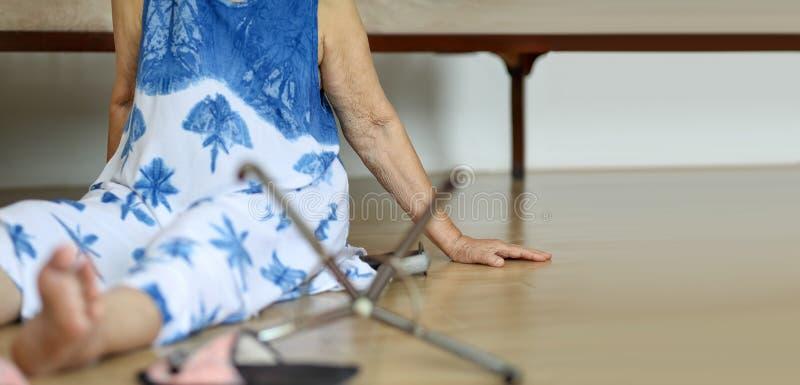 Starszej kobiety spada puszek, hearth atak fotografia stock