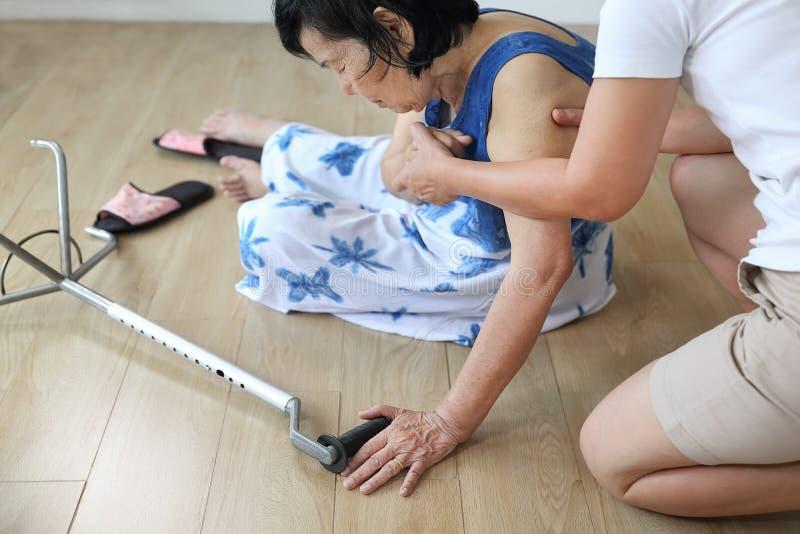 Starszej kobiety spada puszek w domu, hearth atak zdjęcie stock