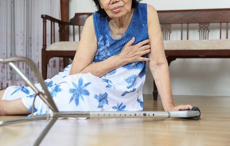 Starszej kobiety spada puszek w domu, hearth atak obraz stock