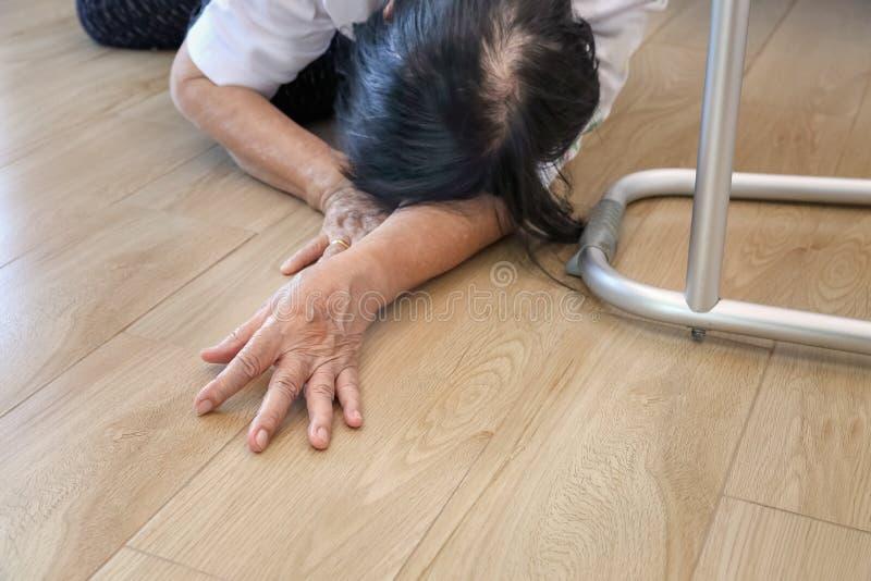 Starszej kobiety spada puszek w domu, hearth atak fotografia stock
