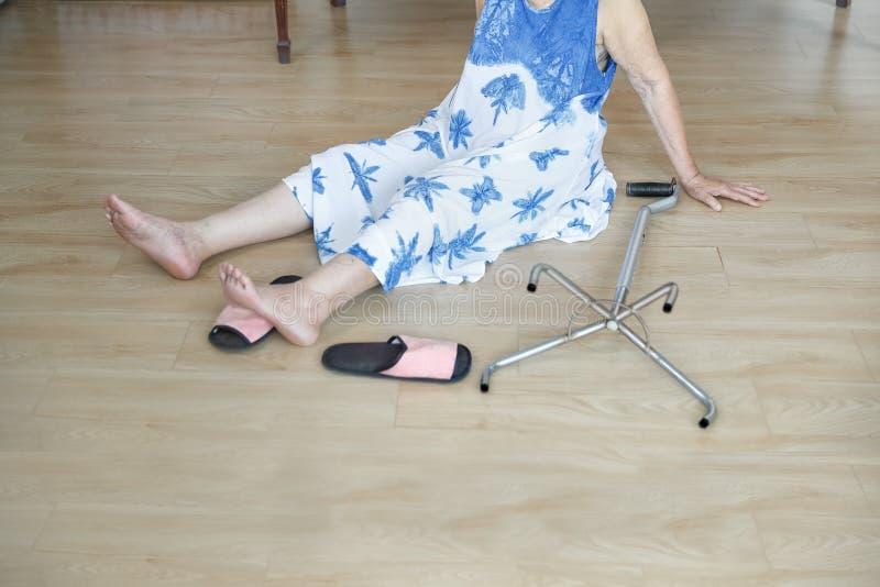 Starszej kobiety spada puszek w domu, hearth atak zdjęcia royalty free