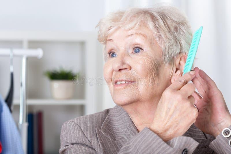 Starszej kobiety zgrzywiony włosy fotografia stock