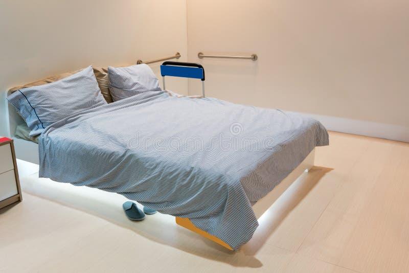 Starszej osoby mateczna sypialnia z stal nierdzewna poręczami wspinającymi się zdjęcia royalty free