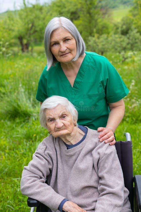 Starszej osoby opieka - wydający czas plenerowego fotografia stock