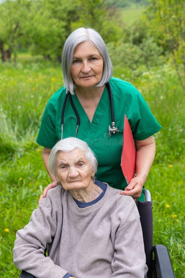 Starszej osoby opieka - wydaj?cy czas plenerowego zdjęcia royalty free