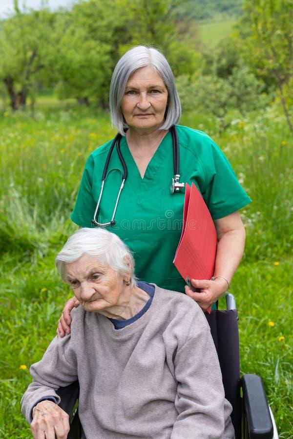 Starszej osoby opieka - wydaj?cy czas plenerowego fotografia stock
