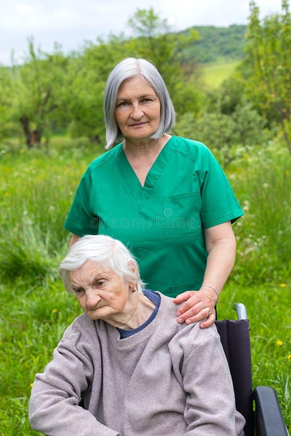Starszej osoby opieka - wydaj?cy czas plenerowego obraz stock