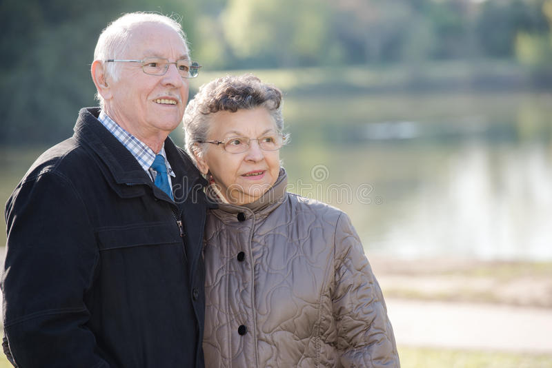 Starszej osoby para obok jeziora obrazy royalty free