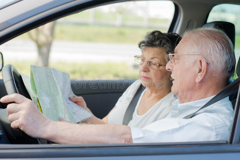 Starszej osoby para w samochodzie zdjęcia royalty free
