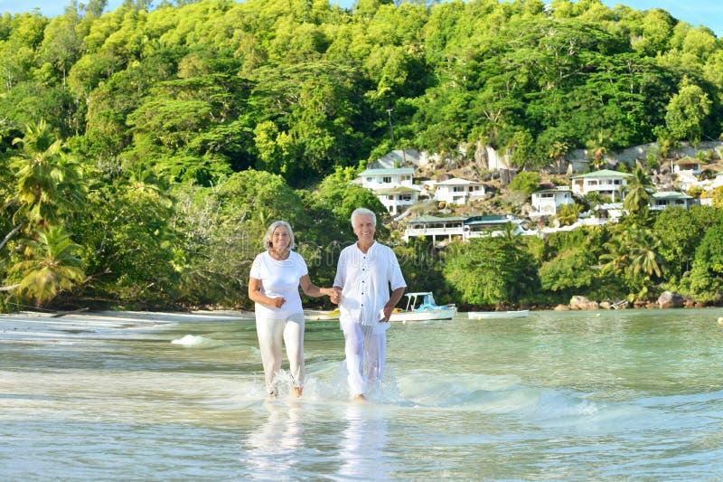 Starszej osoby pary bieg na plaży zdjęcia stock