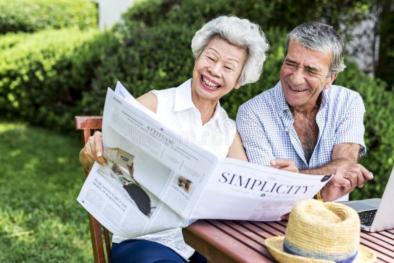 Starszej pary czytelnicza gazeta wpólnie zdjęcia royalty free