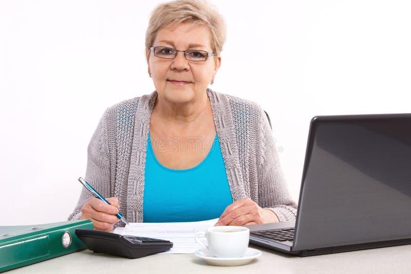 Starszej starszej kobiety odliczający rachunek za usługę komunalną przy ona do domu, pieniężna ochrona w starości zdjęcie stock