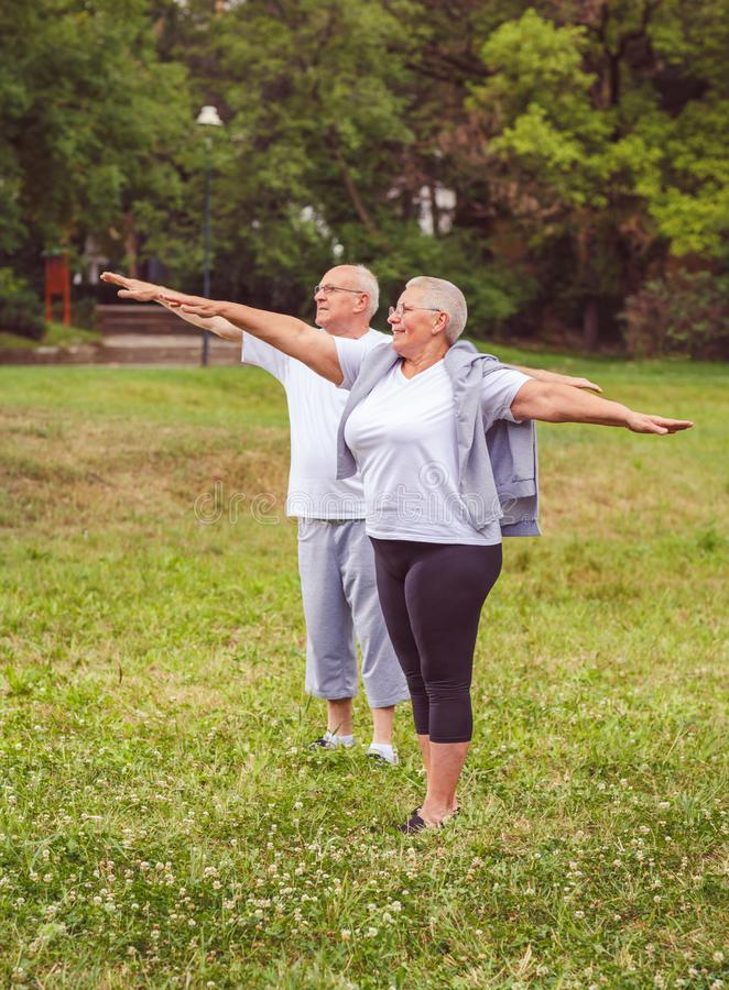 Starszy ćwiczenie - zdrowa starzejąca się para odpoczywa po sportów ćwiczeń wpólnie nas trening lepiej obraz stock
