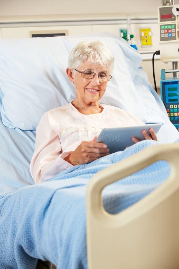 Starszy Żeński Cierpliwy Relaksować W łóżku szpitalnym zdjęcie royalty free