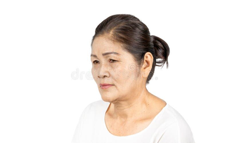 Starszy azjatykci kobieta portreta 60-70 lat na białym tle obrazy stock