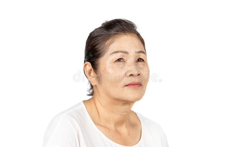 Starszy azjatykci kobieta portreta 60-70 lat na białym tle zdjęcie stock