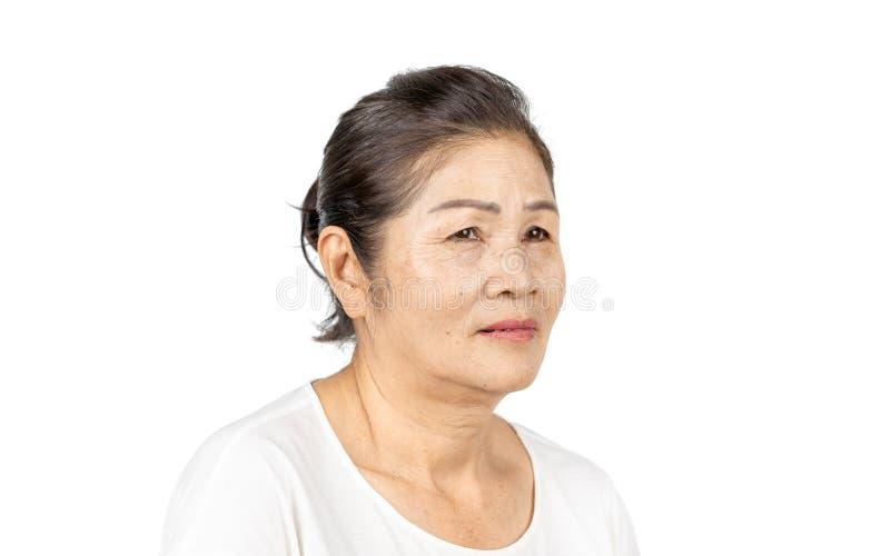 Starszy azjatykci kobieta portreta 60-70 lat na białym tle obraz stock