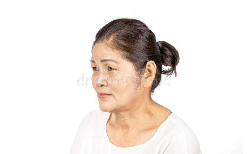 Starszy azjatykci kobieta portreta 60-70 lat odizolowywający na białym tle zdjęcia stock