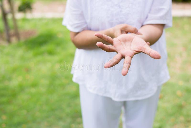 Starszy azjatykci kobiety cierpienie z Parkinson choroby objawami zdjęcie stock
