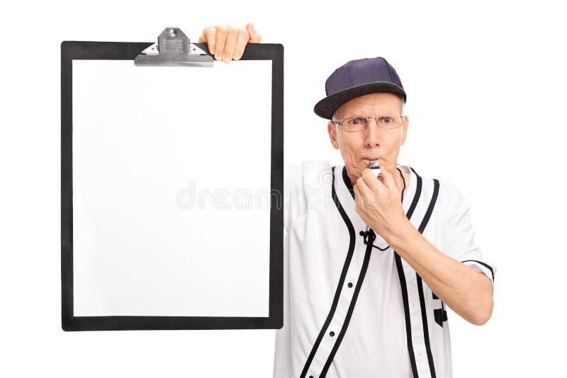 Starszy baseballa trener trzyma schowek obraz stock