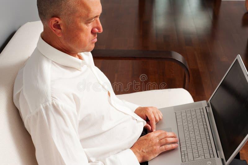 Starszy basinessman działanie w domu zdjęcie royalty free
