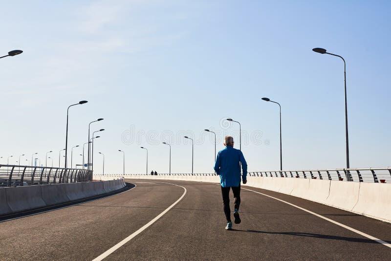 Starszy biegacz Skupiający się na szkoleniu obrazy royalty free