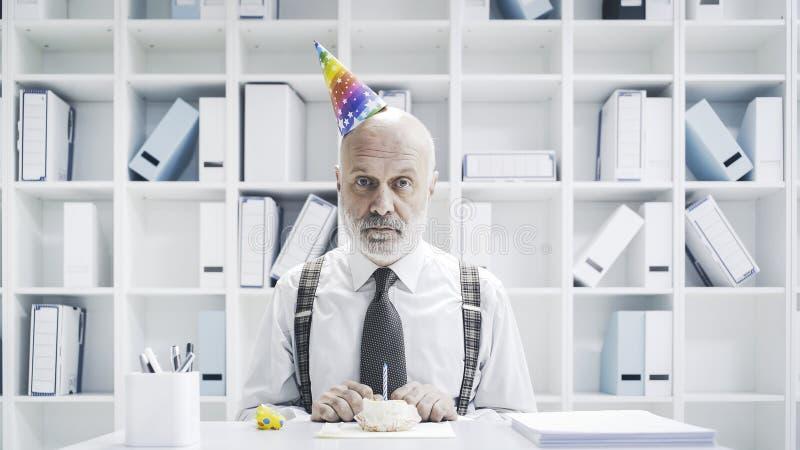 Starszy biznesmen ma smutnego osamotnionego urodziny zdjęcia stock
