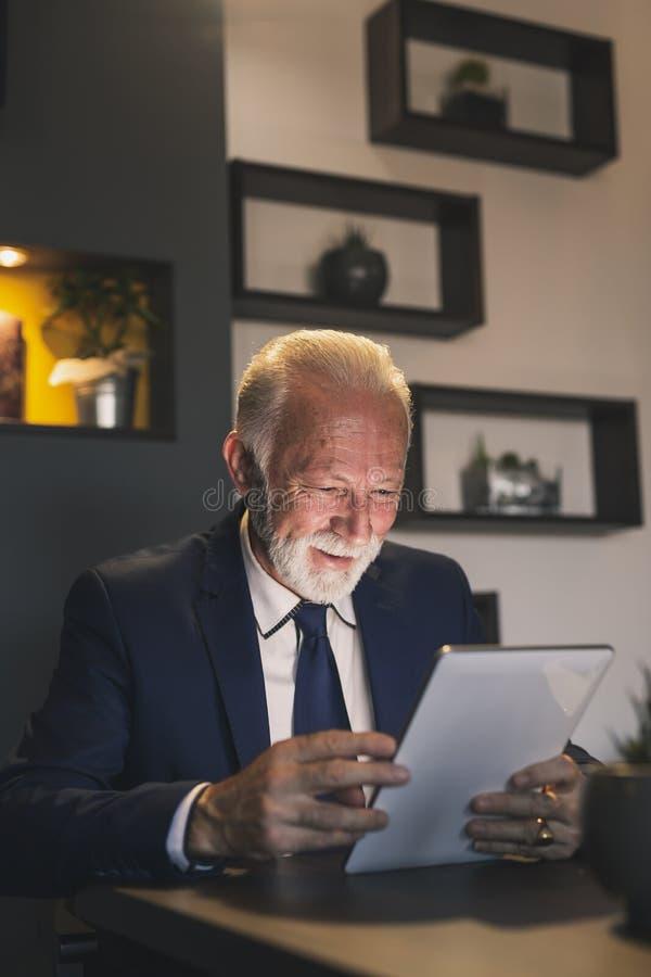 Starszy biznesmen pracuje w restauracji zdjęcia royalty free