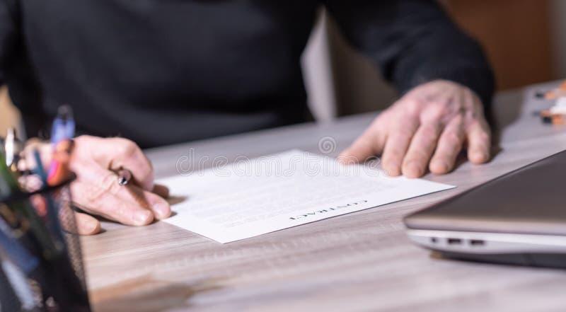 Starszy biznesmen przegląda terminy kontrakt fotografia royalty free