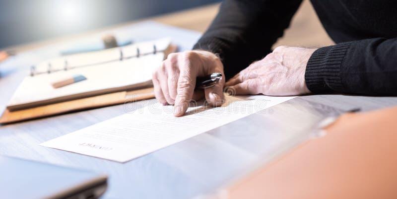 Starszy biznesmen przegląda terminy kontrakt zdjęcia royalty free
