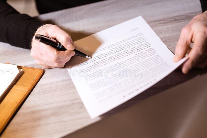 Starszy biznesmen przegląda terminy kontrakt zdjęcie royalty free