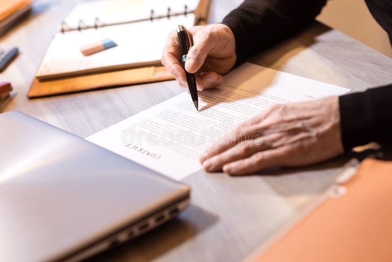 Starszy biznesmen przegląda terminy kontrakt zdjęcia stock