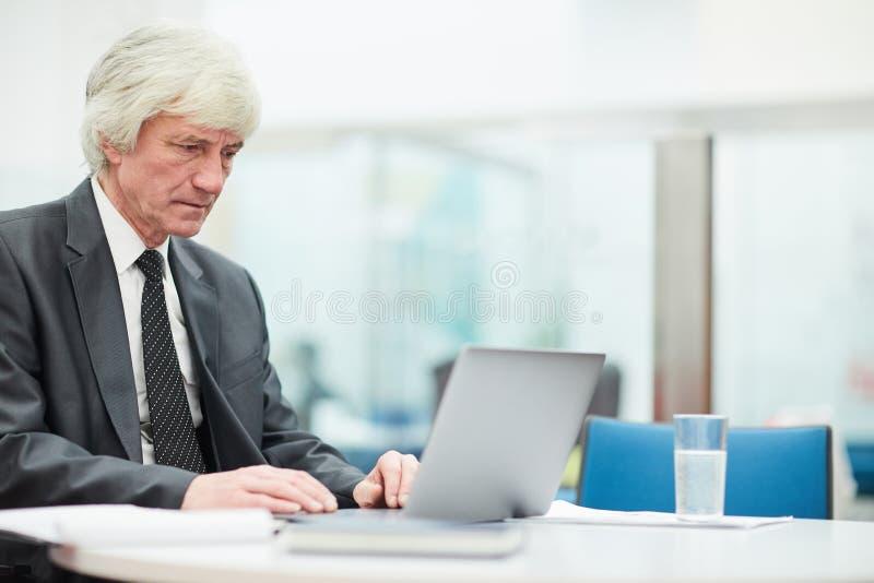 Starszy biznesmen Używa laptop zdjęcie royalty free